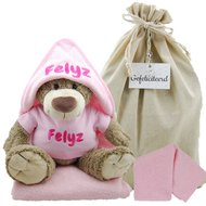Op Penny Blossoms (fashionbabes vinden hier de beste online shops) is alles over kado te vinden: waaronder baby en specifiek Knuffel bella met badcape babyroze en naam van de online shop Babykadowinkel